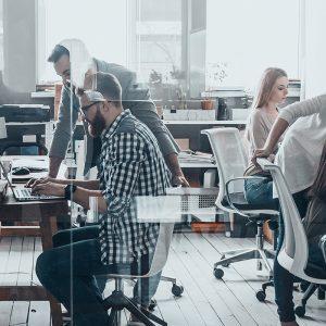 Pessoas sentadas em seu escritório